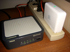 ComcastモデムとAirPort Express (クリックで拡大)